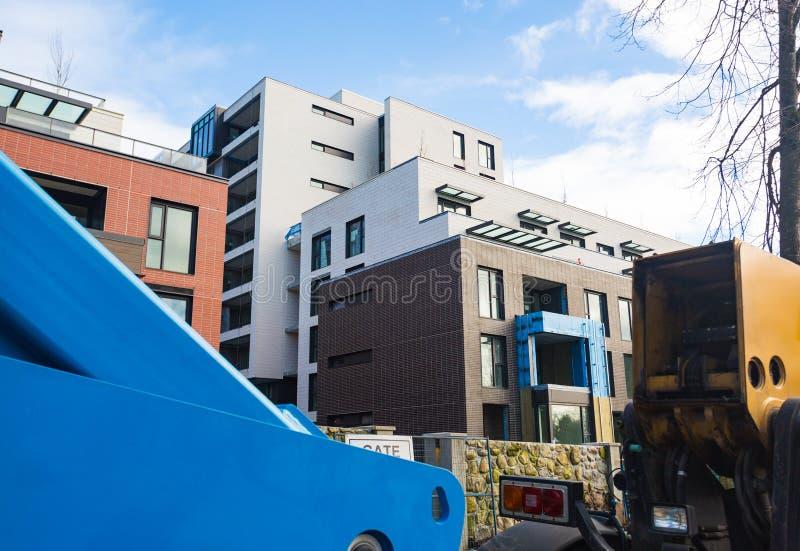Kondygnaci nowożytny domowy zakończenie Brickwork, okno, odbicia niebo w szkle Dzień, słońce Nowożytny kompleks apartamentów fotografia stock