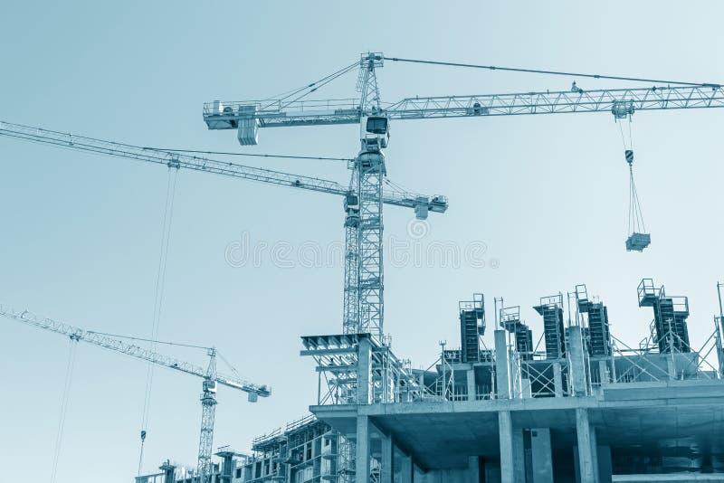 Kondygnacja betonowy budynek w budowie obraz tonuj?cy fotografia royalty free
