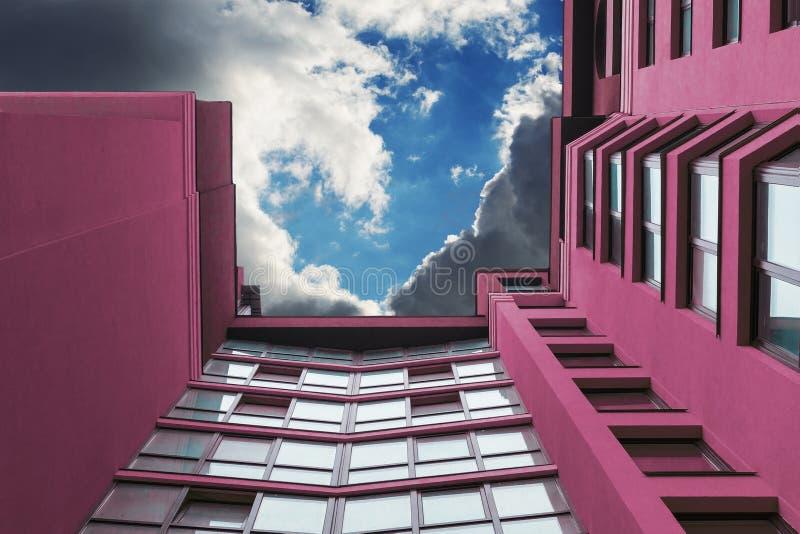 Kondygnacja budynek purpury w tle niebo z chmurami zdjęcie stock