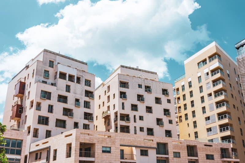 Kondygnacja budynki mieszkalni i światło kamień w grodzkim mieście zdjęcie stock