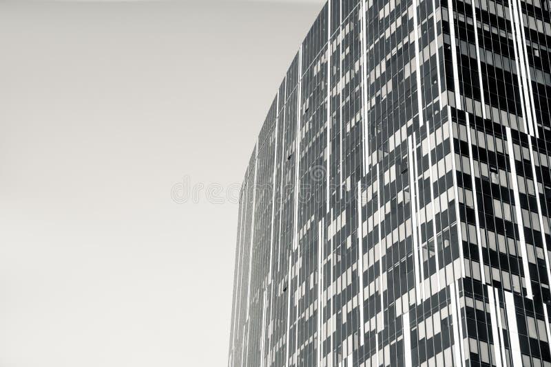 Kondygnacji szkła dom przeciw niebieskiemu niebu obrazy stock
