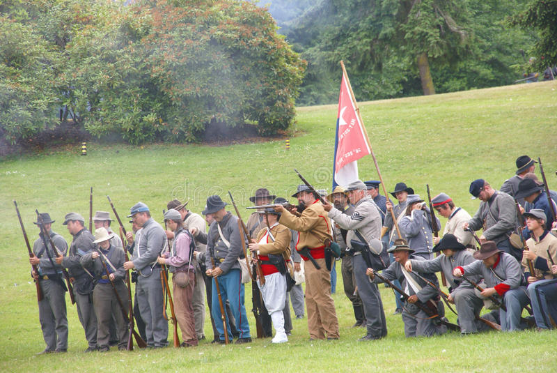 Konfederacyjna piechota wykłada target752_1_ salwę. fotografia stock