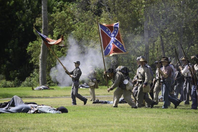 Konfederacyjnych żołnierzy posuwać się naprzód zdjęcie royalty free