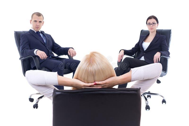 Konferens eller möte i regeringsställning - si för tre av ung affärspersoner royaltyfri foto
