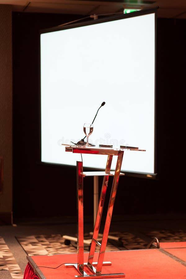 Konferenspresentationstabell arkivfoton