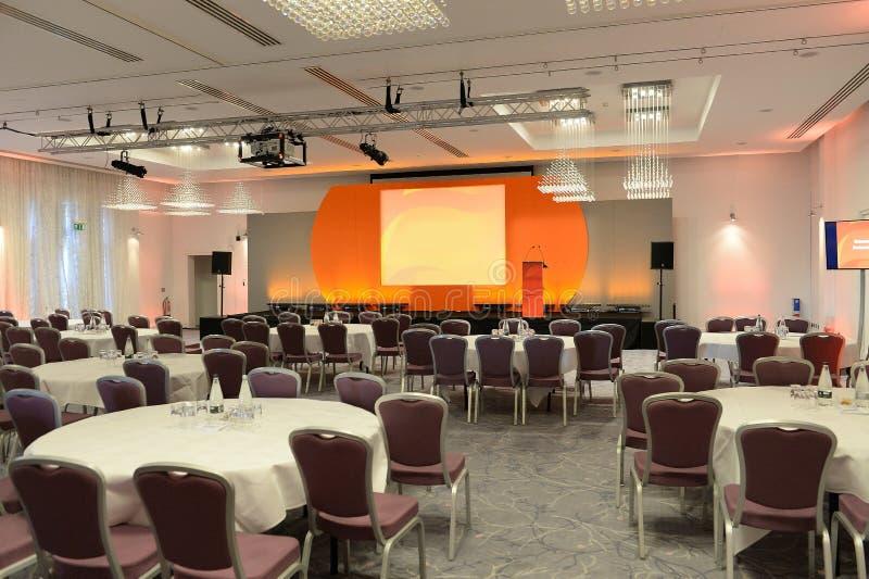 Konferensrum med etappen royaltyfri bild