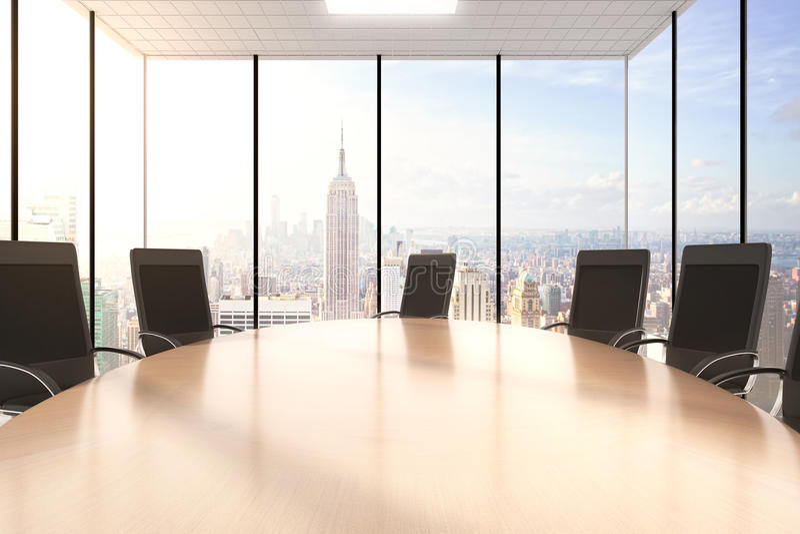 Konferensträtabell och stolar i ett kontor med en cityview royaltyfria foton