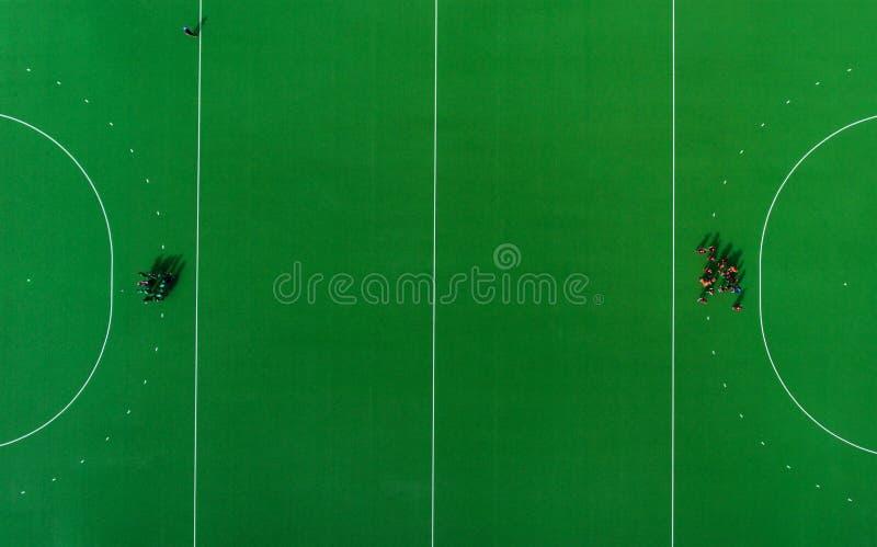 Konferenz w?hrend der Abschaltzeit im Hockey auf dem Grasmatch Beschneidungspfad eingeschlossen lizenzfreies stockbild