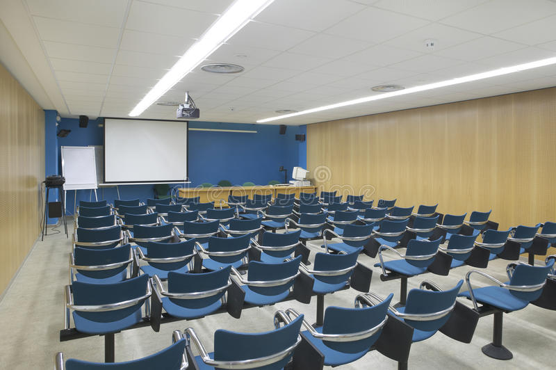 Konferenzsaalinnenraum mit Projektor und Schirm lizenzfreies stockbild