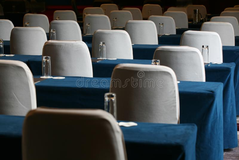 Konferenzsaaltabelle und -stühle stockfotografie