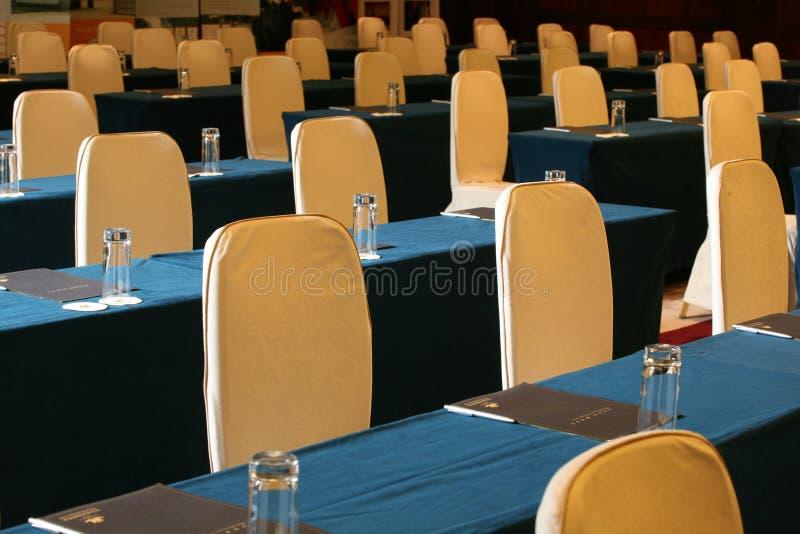 Konferenzsaaltabelle und -stühle lizenzfreies stockbild