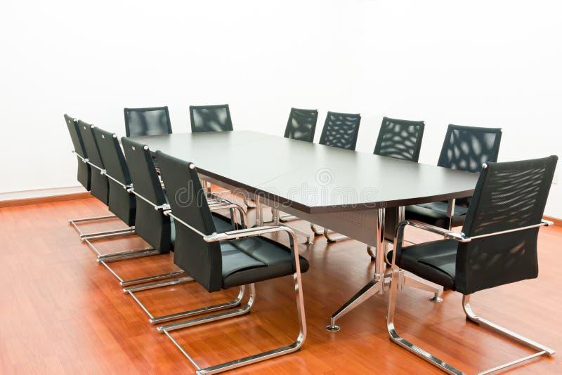Konferenztisch und bequeme Stühle lizenzfreies stockfoto
