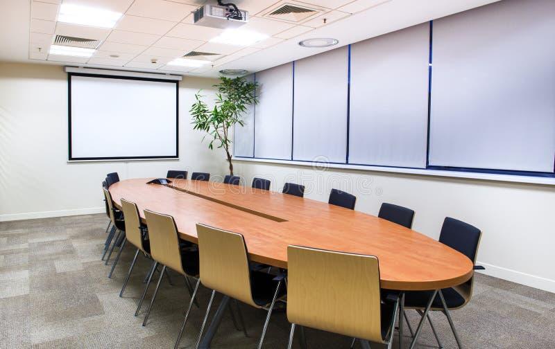 Konferenzzimmer mit Fernsehprojektor stockbilder