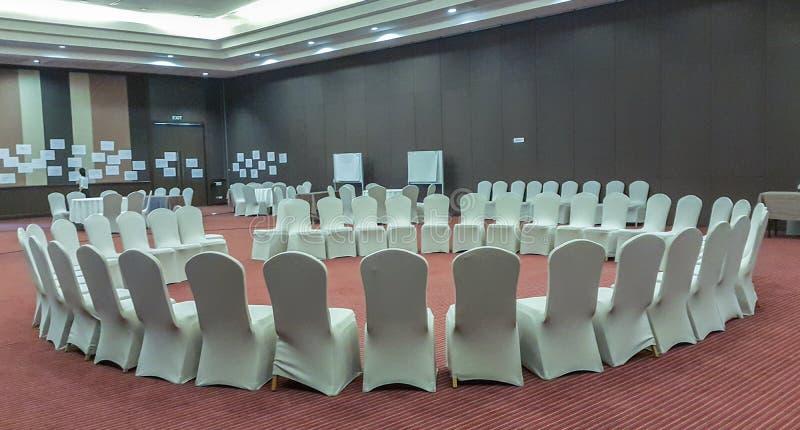 Konferenzzimmer vereinbarte in einem Kreis für Geschäftstreffen stockbild