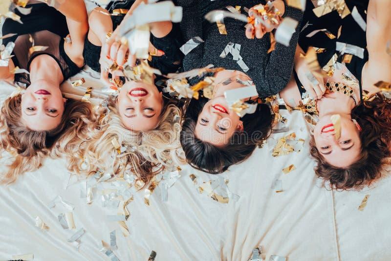 Konfettier för livsstil för fritid för kvinnor för Bff hak stads- royaltyfri foto