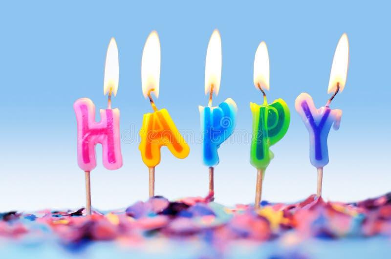 Konfettier och isolerade födelsedagstearinljus, partibegrepp arkivfoto