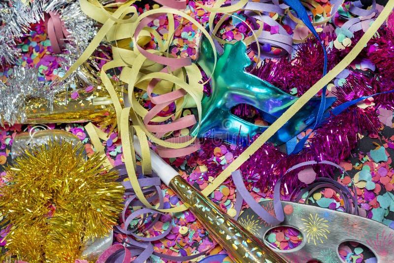 Konfettier och mångfärgade banderoller med karnevalmaskeringar fotografering för bildbyråer