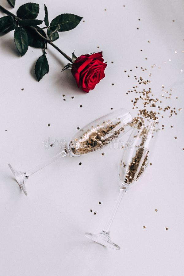 Konfettisterne in einem Glas Champagner lizenzfreie stockfotos
