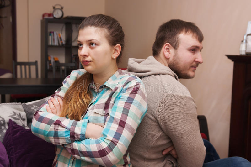 Konflikt i en ung familj hemma arkivfoton