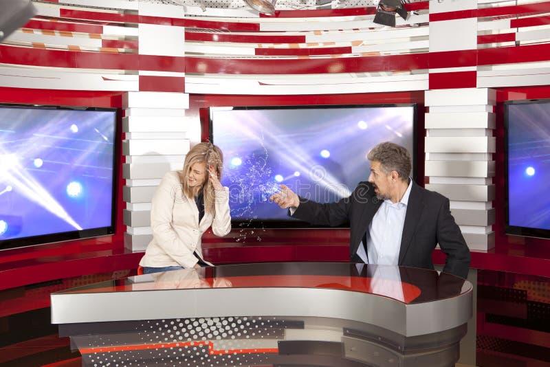 Konflikt im Fernsehstudio lizenzfreie stockbilder