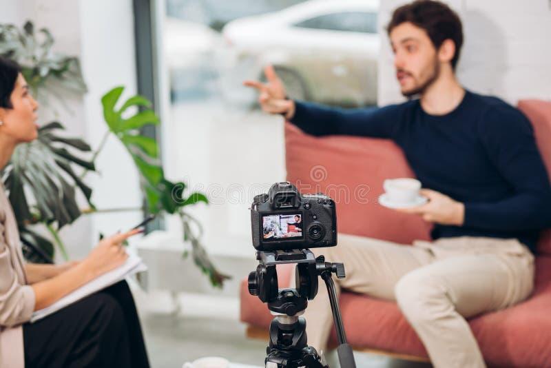 Konflikt mellan en journalist och en kändis under online-show royaltyfri bild