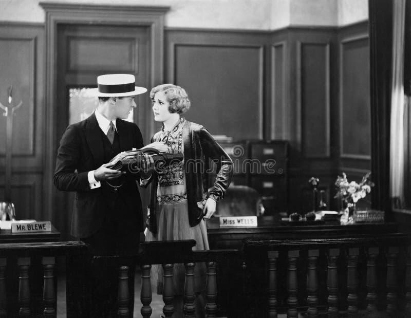 Konflikt mellan mannen och kvinnan på kontoret (alla visade personer inte är längre uppehälle, och inget gods finns Leverantörgar royaltyfria bilder