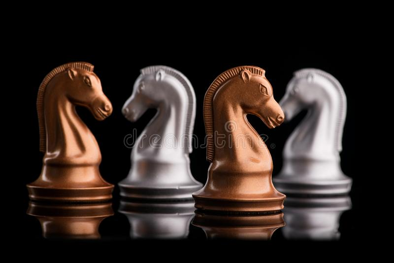 Konfrontacja między drużyną złoto i srebro szachy fotografia stock