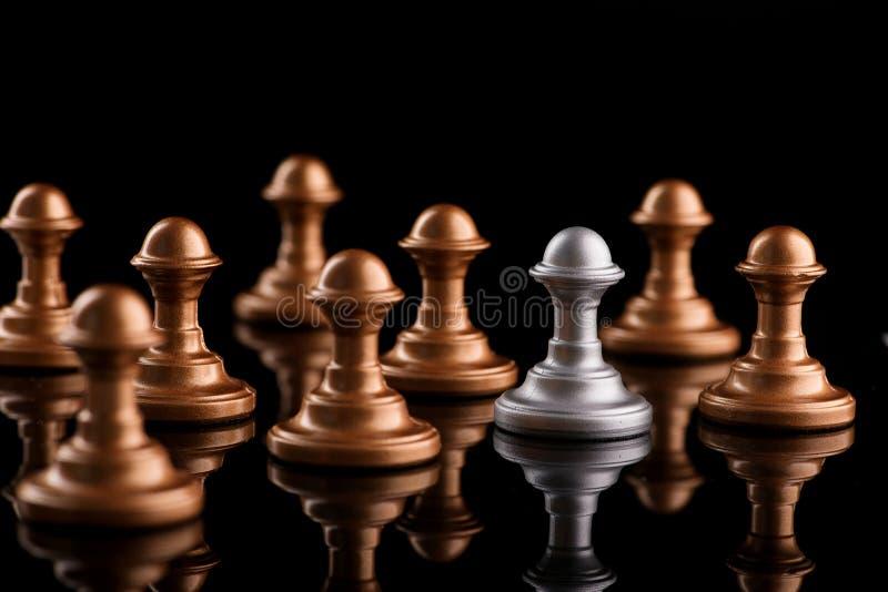 Konfrontacja między szachowymi pionkami zdjęcie royalty free