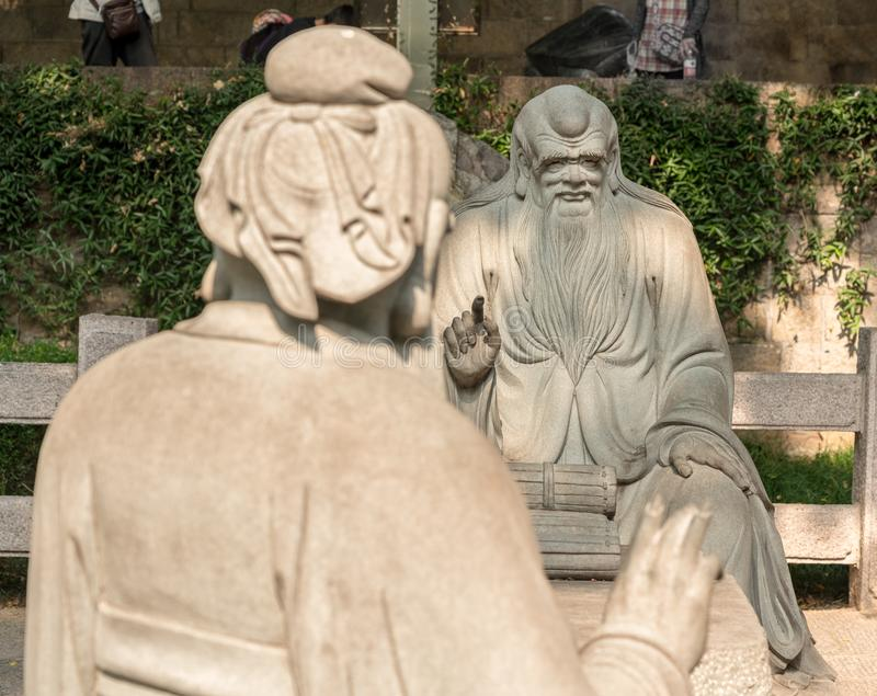 Konfucius i diskussion med Lao Tze på Laoshan nära Qingdao arkivbild