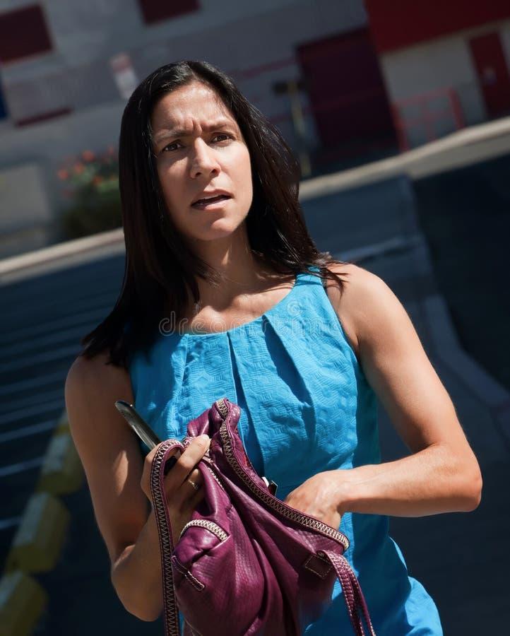 Konfuse, hübsche Frauen kämpft, um zu verstehen. lizenzfreie stockfotos