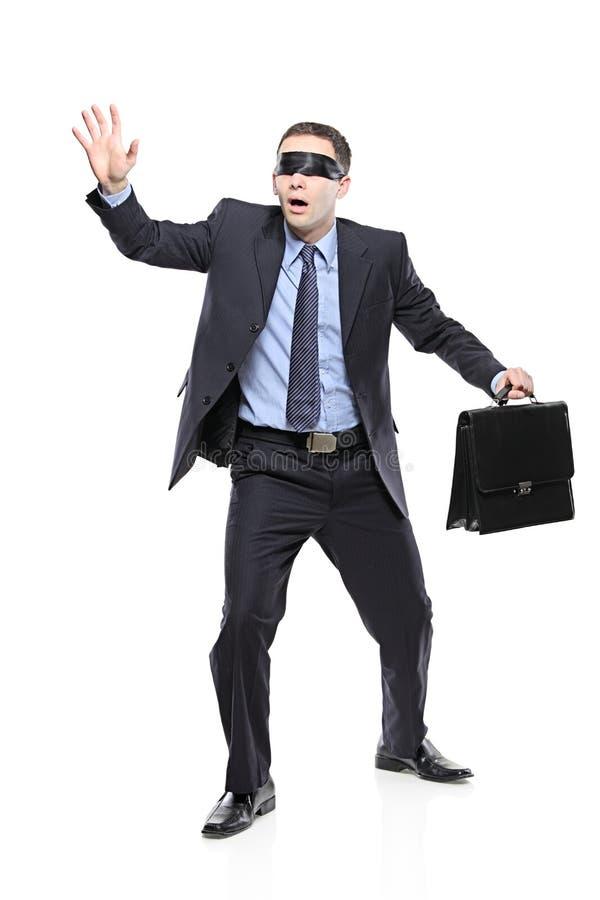 Konfuser mit verbundenen Augen Geschäftsmann mit Aktenkoffer stockfoto