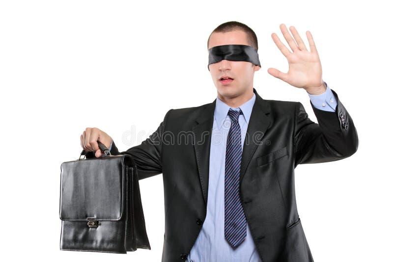 Konfuser mit verbundenen Augen Geschäftsmann mit Aktenkoffer stockbild