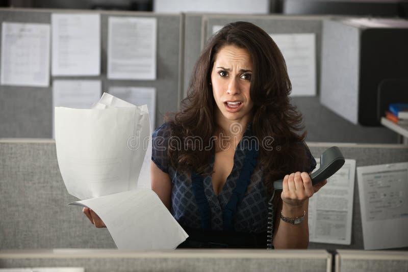 Konfuser weiblicher Angestellter stockbilder
