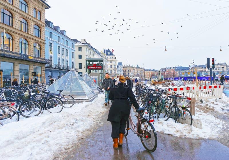 Kongens Nytorv地铁车站在哥本哈根在冬天 免版税库存图片