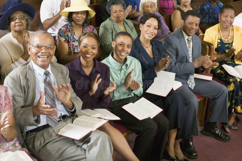 Kongregation som applåderar på kyrkan royaltyfri bild