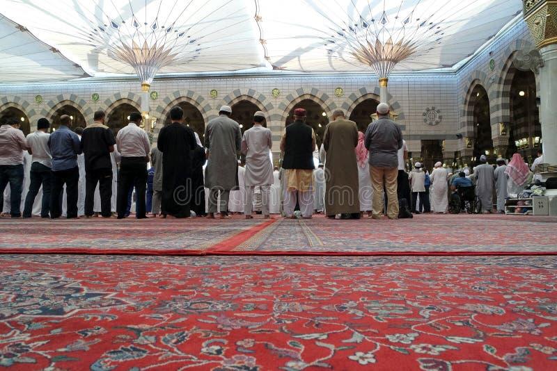 Kongregationen bad den muselmanNabawi moskén, Medina, saudiermunkhättor fotografering för bildbyråer