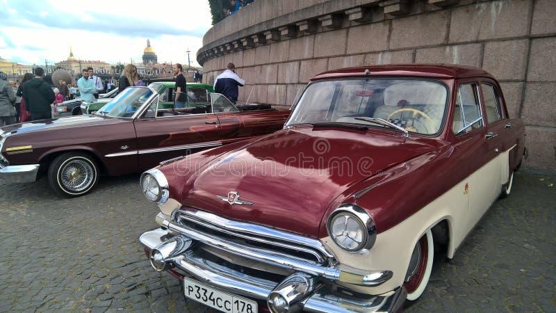 Kongressägare av retro bilar i St Petersburg arkivfoton
