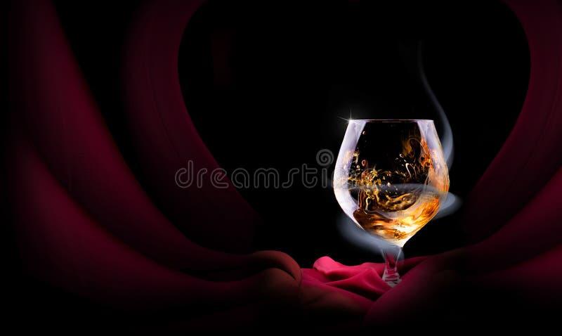 Koniaka szkło okrywający w dymu fotografia stock