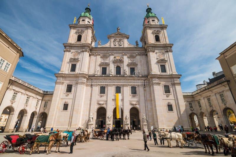 Konie z frachtami przed Salzburg katedrą, Salzburg, Austria zdjęcia royalty free