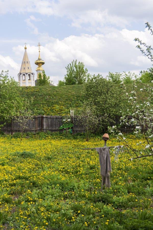 koniec krajobrazowa typowa rosyjska wiosna Strach na wróble od ptaków w ogródzie odleg?o?? do ko?cio?a suzdal rosji obraz stock