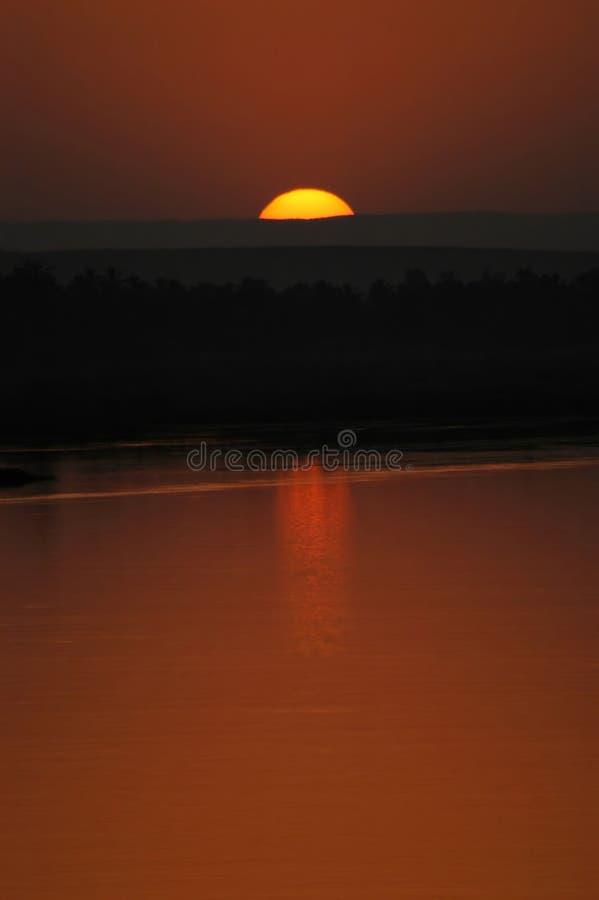 Download Koniec słońca obraz stock. Obraz złożonej z niebo, odbijający - 130725