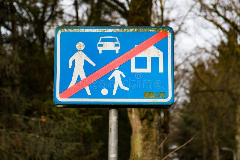 Koniec znaku drogowego na terenie mieszkaniowym na drodze krajowej obraz royalty free