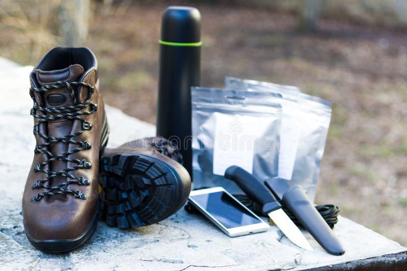 Konieczne rzeczy dla myśliwego, buty, jedzenie i urządzenia turystyczni, obraz stock