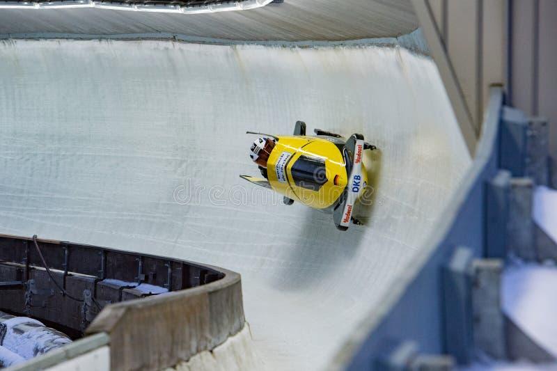 KONIGSEE - DEUTSCHLAND - 6. Januar 2016 - Pendel, das auf Eisbahn für Europameisterschaft läuft lizenzfreies stockbild