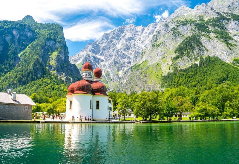 Konigsee jezioro z st Bartholomew kościół otaczającym górami, Berchtesgaden park narodowy, Bavaria, Niemcy fotografia stock