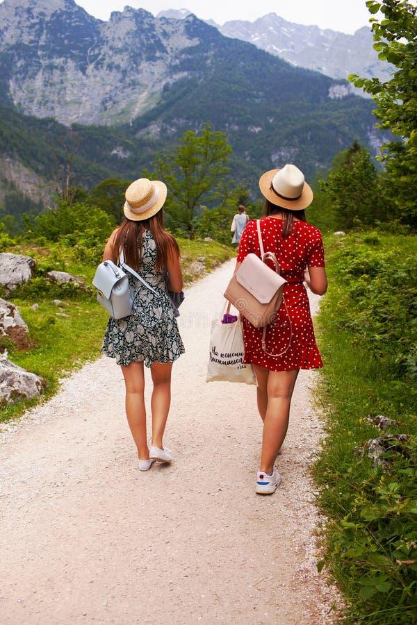 Konigssee湖,德语- 2018年5月29日:两个女孩沿在山的道路走 库存图片