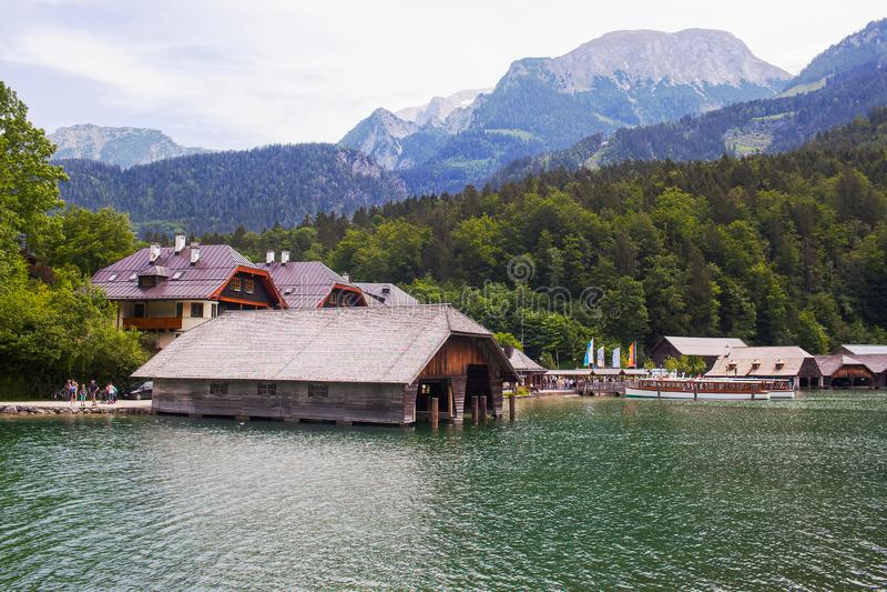 Konigssee湖,德语- 2018年5月29日:小船的木船坞在湖 免版税库存照片