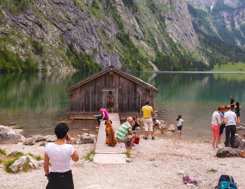 Konigssee湖,德语- 2018年5月29日:在房子附近的游人湖的,高山山的 库存照片