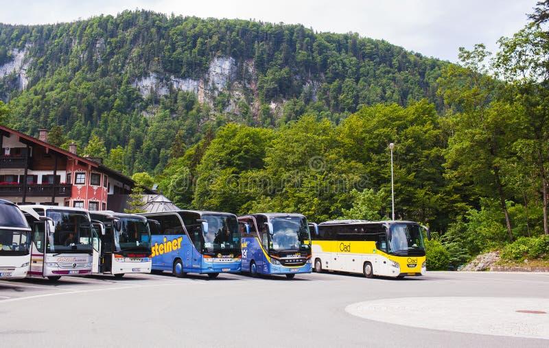 Konigssee湖,德语- 2018年5月29日:公共汽车在山的公共汽车停车处 库存图片
