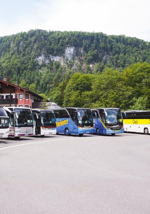 Konigssee湖,德语- 2018年5月29日:公共汽车在山的公共汽车停车处 免版税库存照片